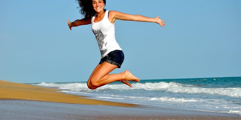 fitness-mulher-smartband-praia
